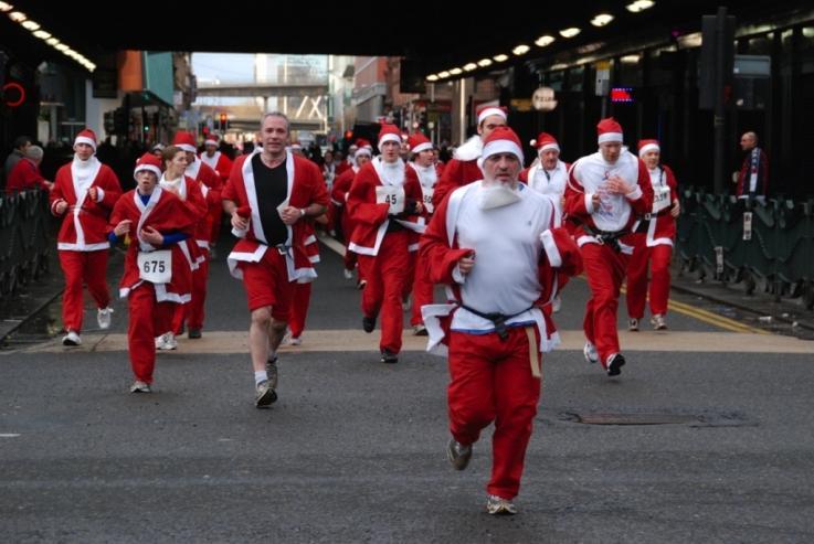 You are browsing images from the article: (ZDJĘCIA) Czerwono na ulicach Glasgow! Tysiące uczestników Santa Dash